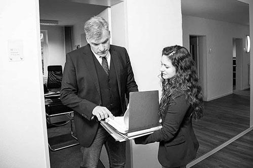 Aktenübergabe Rechtsanwaltskanzlei Dr.Heise und Beume